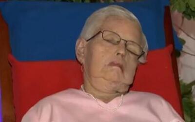 Una anciana pidió que la velaran sentada en su mecedora