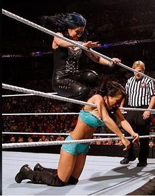 La latina Melina castigó a Gail Kim y casi le corta el cuello con...