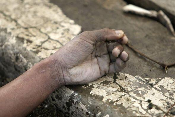 La mano de una de las miles de víctimas que dejó el supertifón Haiyan en...