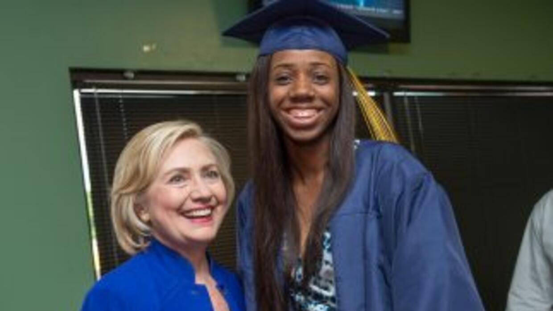 Hillary Clinton posa con una graduada universitaria (Foto: HillaryClinto...