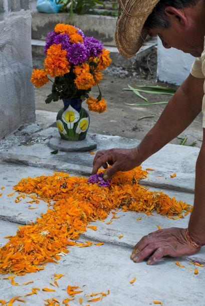 La flor más común en esta fiesta de Día de Muertos es la flor de cempasú...