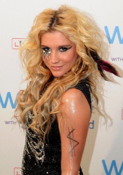 ¡Kesha tiene unos rizos salvajes y alocados! Su juventud y bello rostro...