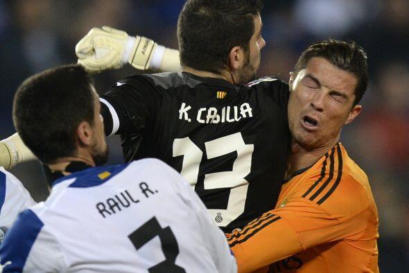 El portero catalán no dudó en ir con fuerza a cada pelota...