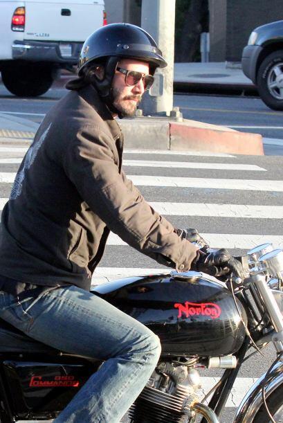 Keanu Reeves recorre las calles de Los Angeles a bordo de su moto. Mira...
