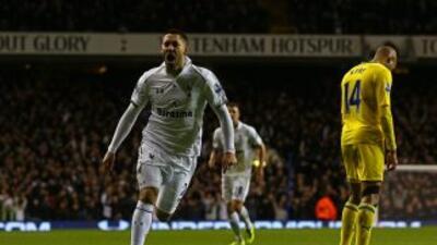 Clint Dempsey anotó el tercer gol del Tottenham.