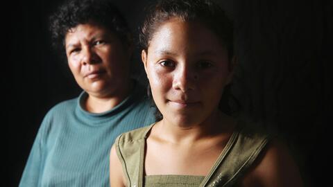 La inmigrante salvadoreña Consuelo Muscuita, de 42 años, junto a su hija...