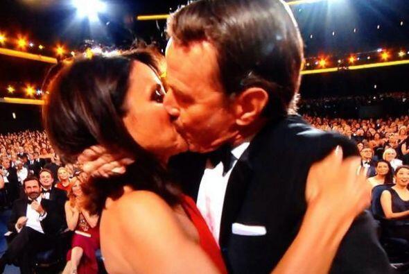 ¡El beso de la noche! Aún no superamos tanto amor entre Julia Louis-Drey...