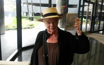 Marsha Scarbrough muestra el visado que le permitirá vivir en Esp...