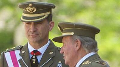 El Príncipe Felipe de Asturias junto a su padre, el rey de España Juan C...