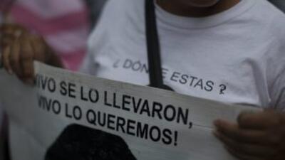Familiares de los 43 desaparecidos de Ayotzinapa en una de las marchas p...