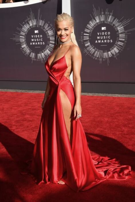 Rita Ora decidió no ponerse panties, sólo esperemos que su vestido no le...