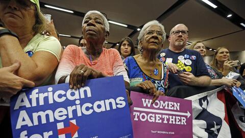 Varios seguidores demócratas escuchan a Chelsea Clinton en Tempe, Arizona.