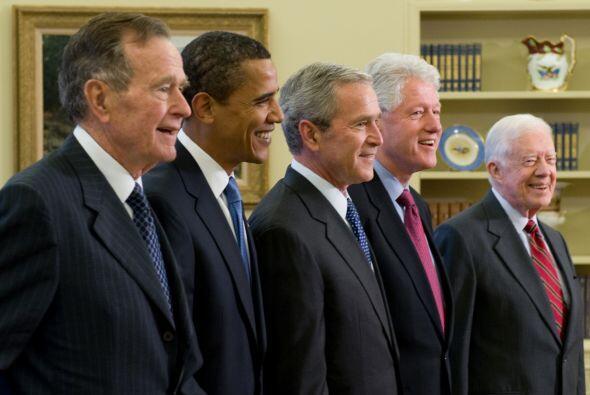De izquierda a derecha el ex Presidente George H. W. Bush, el Presidente...