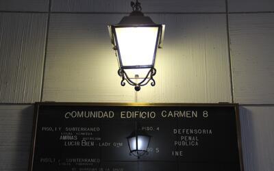 Un letrero en el edificio Carmen 8 de Santiago de Chile, con el nombre d...