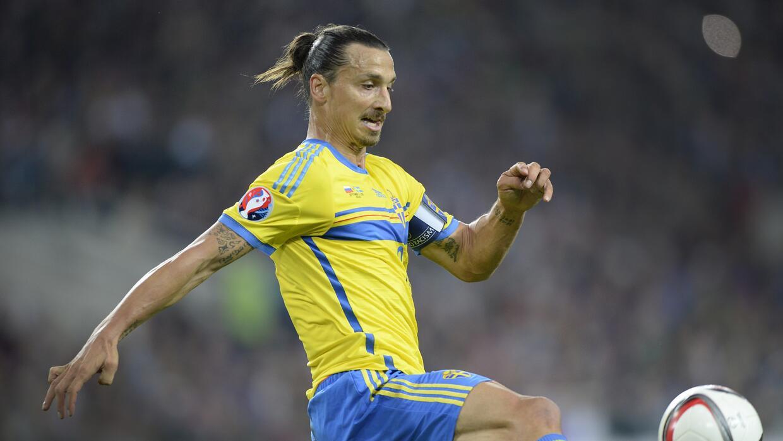 Zlatan Ibrahimovic no pudo concluir el partido ante Rusia por una molestia.