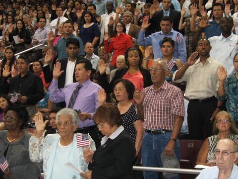 Un grupo de nuevos ciudadanos estadounidenses que se registraron para vo...