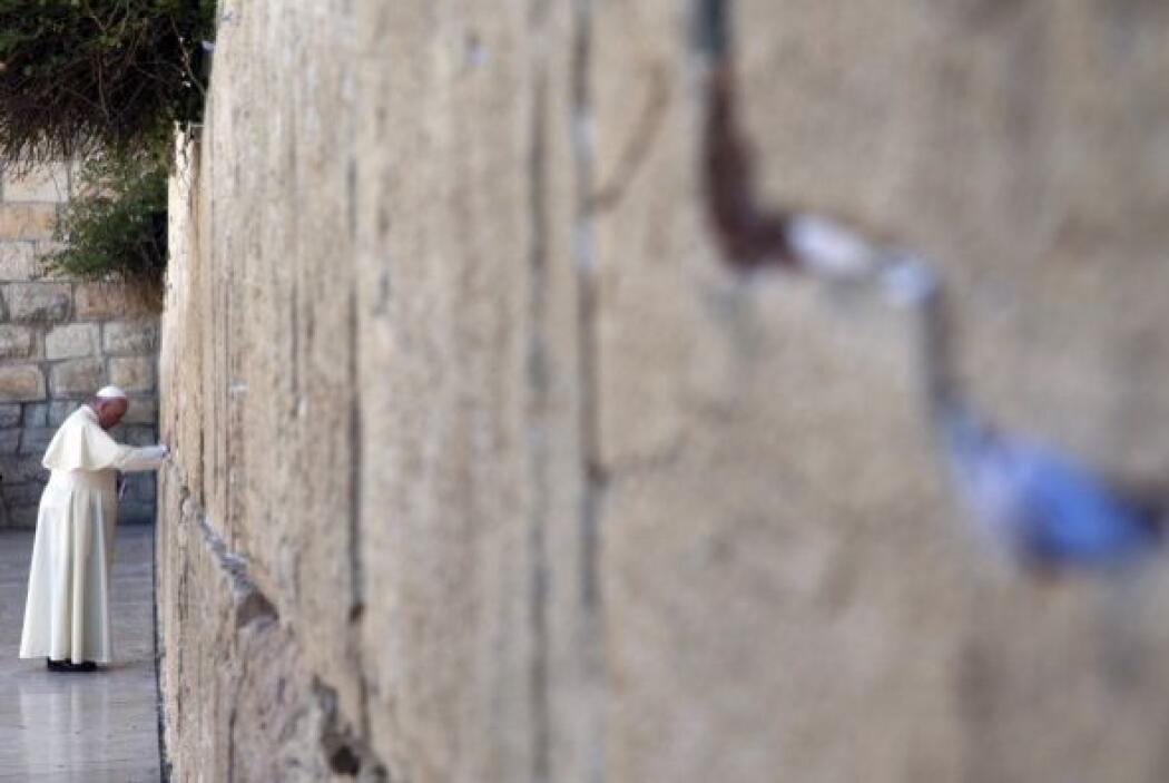 Luego el papa Francisco visitó el muro de las Lamentaciones, el lugar má...