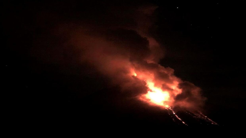 Evacúan varias comunidades por actividad eruptiva del volcán Colima, en...