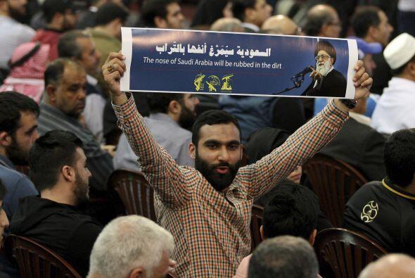 En la imagen, simpatizantes del grupo chií libanés Hizbulá escuchan el d...