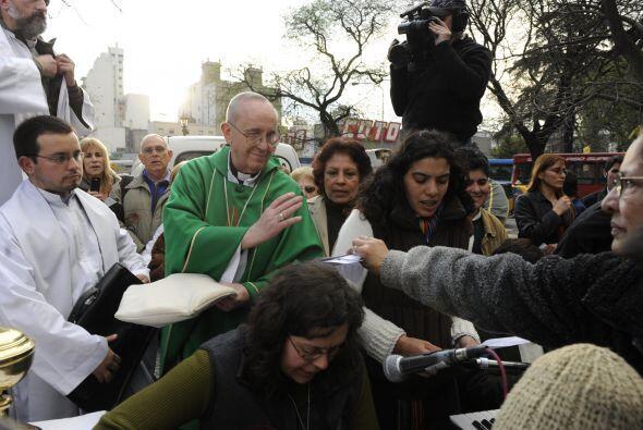 1.Bergoglio con cartoneros y prostitutas en la Plaza Constitució...