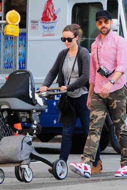 Tras la comida la pareja decidió salir con su bebé de paseo.Mira aquí lo...