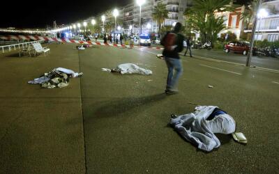 Los cuerpos de las víctimas quedaron tendidos en el pavimento del  coste...