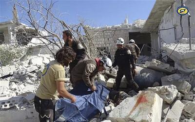 En esta foto proveída por el grupo de Defensa Civil Siria conocid...