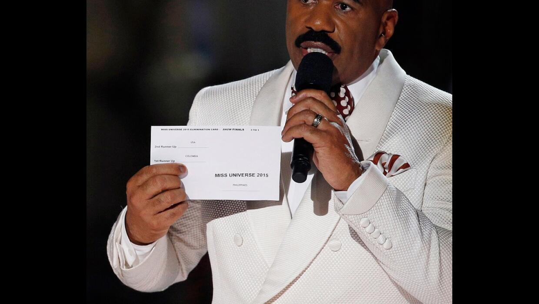 El presentador Steve Harvey muestra la papeleta de Miss Universo