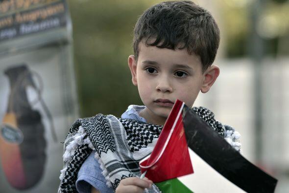 Un niño sostiene una bandera palestina cerca de la embajada israelí en A...