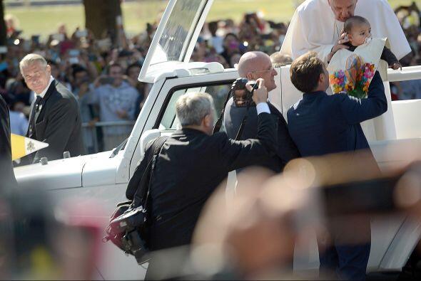 Francisco besa y bendice a un niño cuya familia le esperaba en las calle...