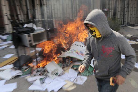 Allí sacaron material de papelería y los incendiaron.