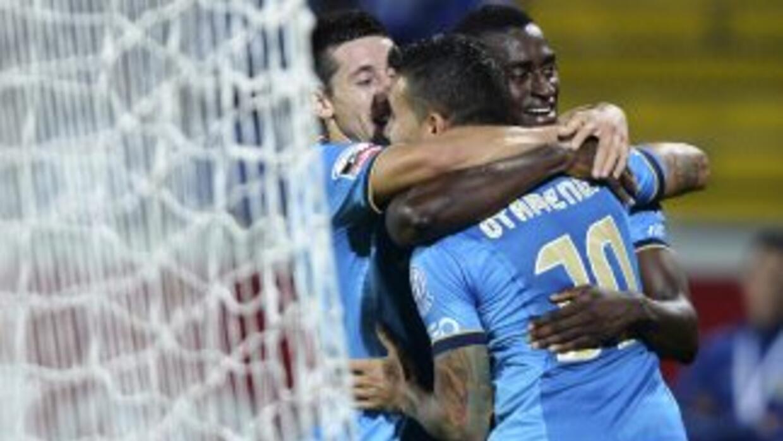 Herrera festeja uno de los goles del Porto junto a Jackson Martínez y ot...