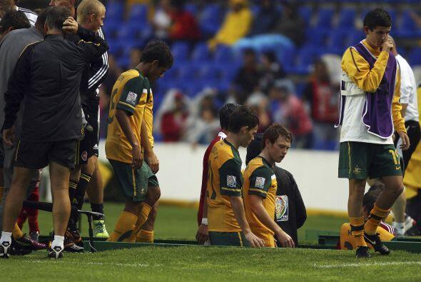 Los australianos tuvieron que abandonar tristes la cancha del estadio.