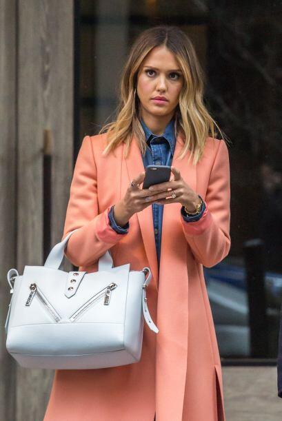 Mucho estilo es el que vimos con este outfit de Jessica Alba. Uso prenda...