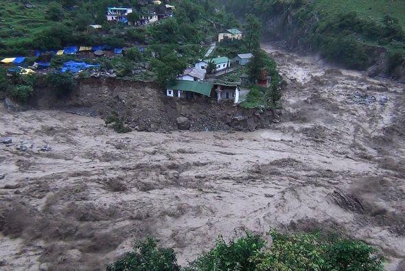 La televisión NDTV mostró imágenes de edificios derrumbándose, ríos desb...