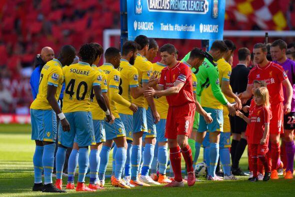 Los futbolistas del Liverpool y del Crystal Palace le hicieron el pasill...