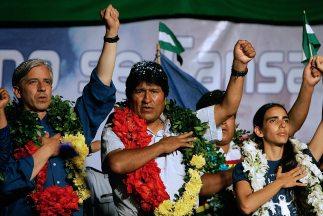 El presidente boliviano, Evo Morales, con el vicepresidente a su mano de...
