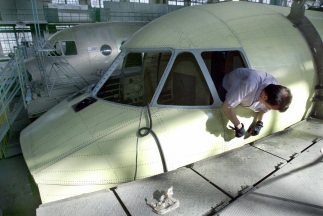 El Antonov An-140 es un avión pequeño diseñado para uso regional y con u...