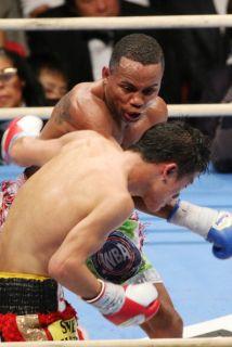 Liborio Solís golepea a Daiki Kameda en su victoria por decisión dividida.