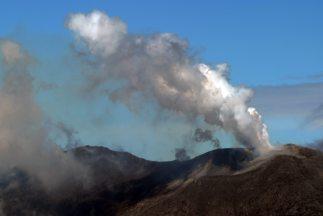 El volcán expulsó una nube de humo y polvo de 800 metros de altura.