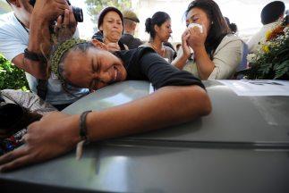 El cadáver de un salvadoreño, víctima de la masacre en la que murieron 7...