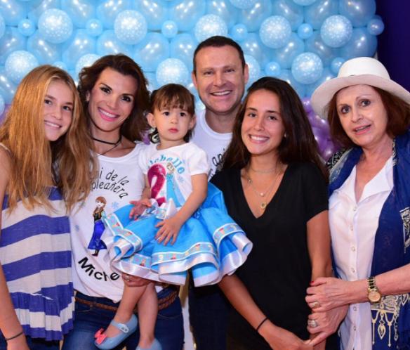 Piñata, Dulces Y Una Princesa Para Celebrar El Cumpleaños De La Hija De Alan Tacher