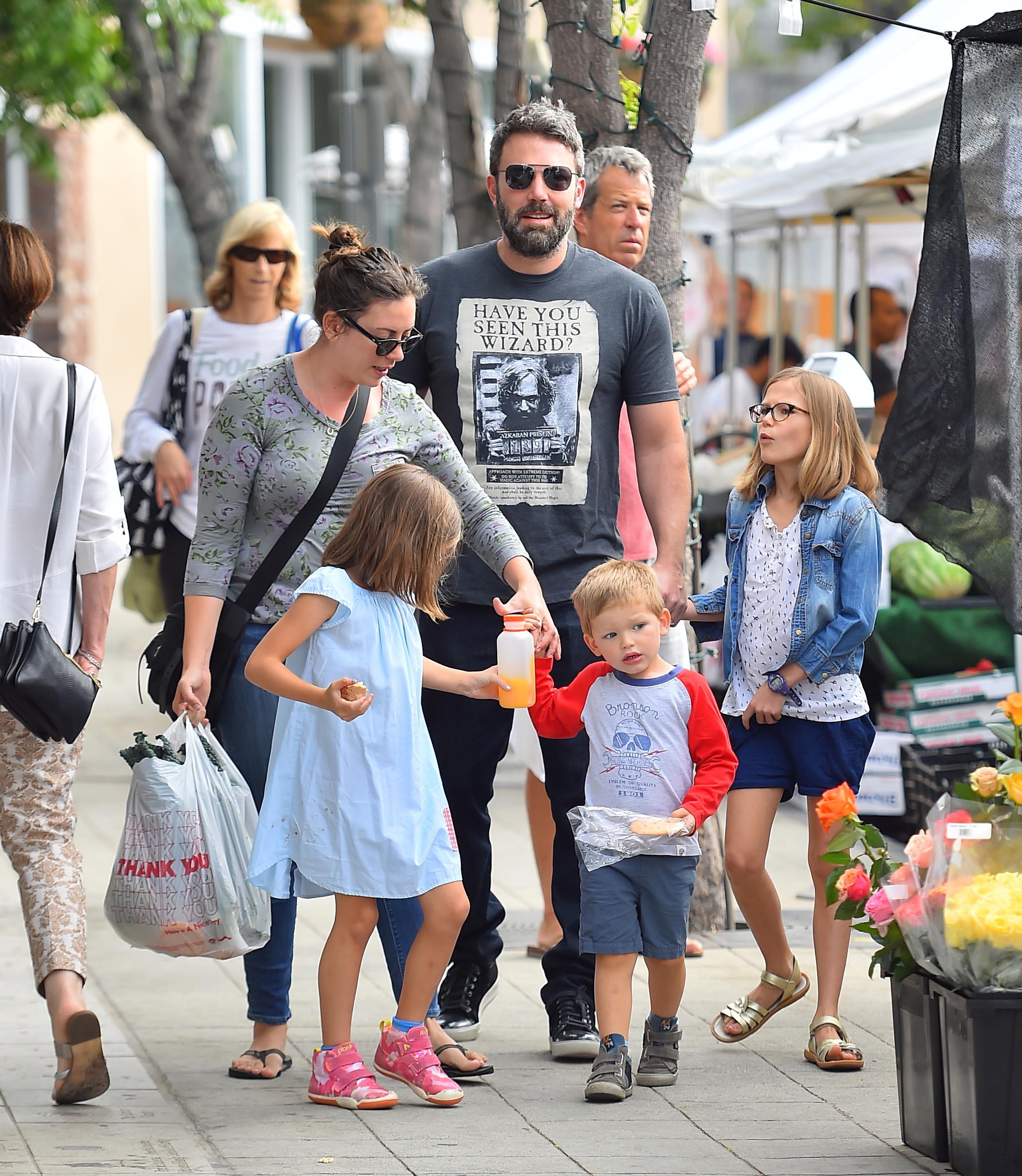 Amar A Muerte Capitulo 12: Ben Affleck Sale De Compras Con Sus Hijos Y La Nueva Nana