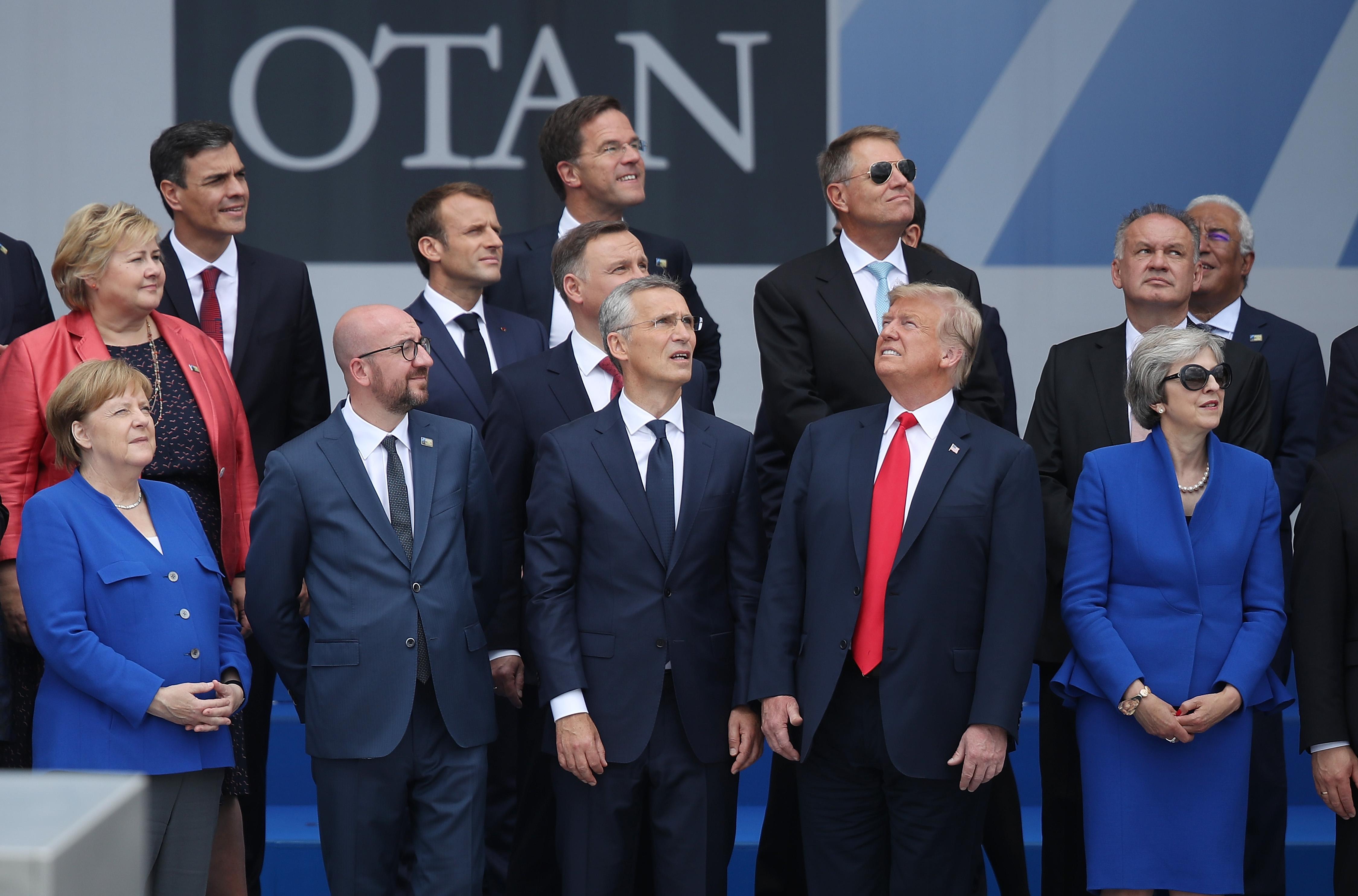 Todos miran al mismo lado, menos Trump: la foto que resume la incómoda cumbre de la OTAN