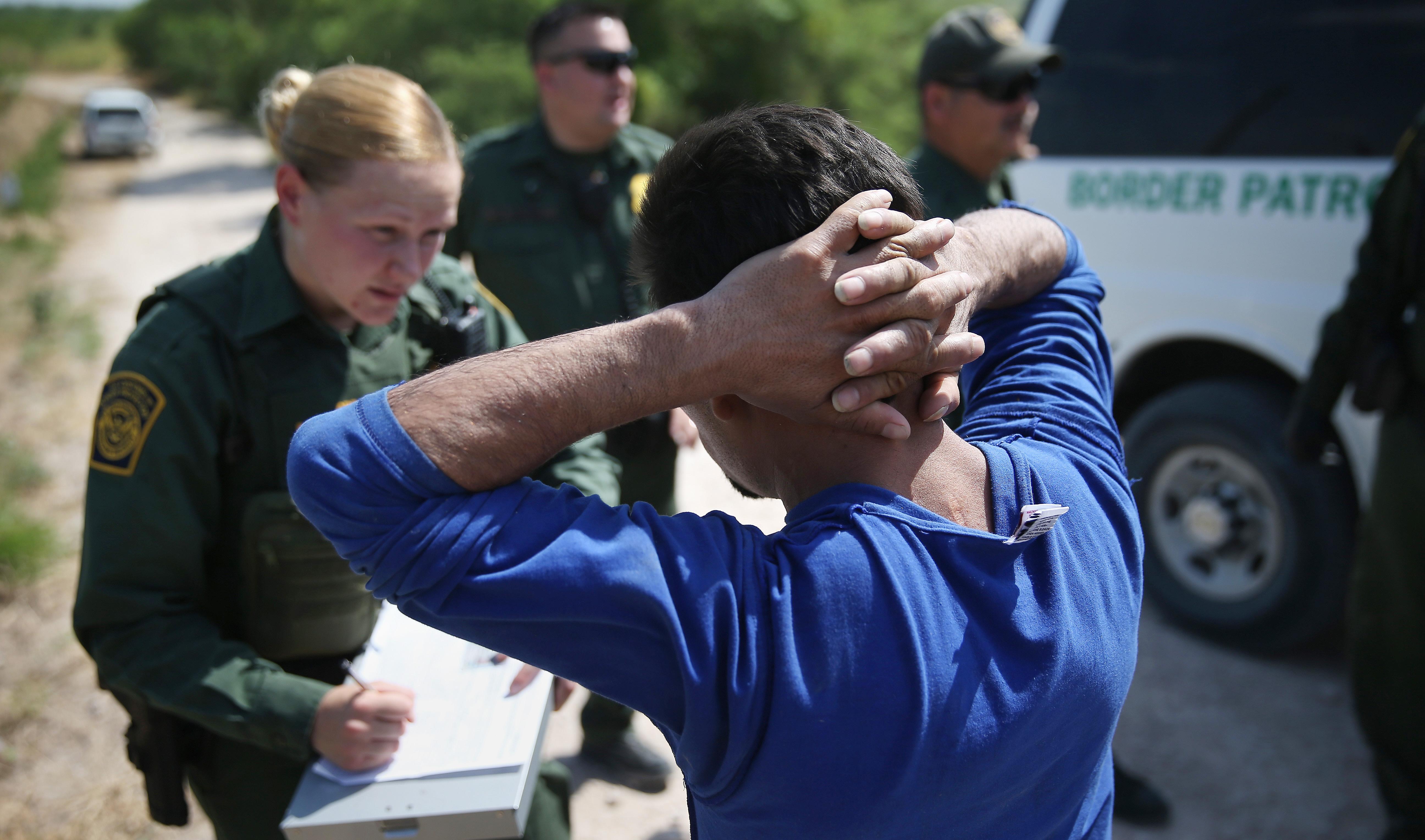 el atasco en las cortes de inmigracion retrasa audiencias al  univision