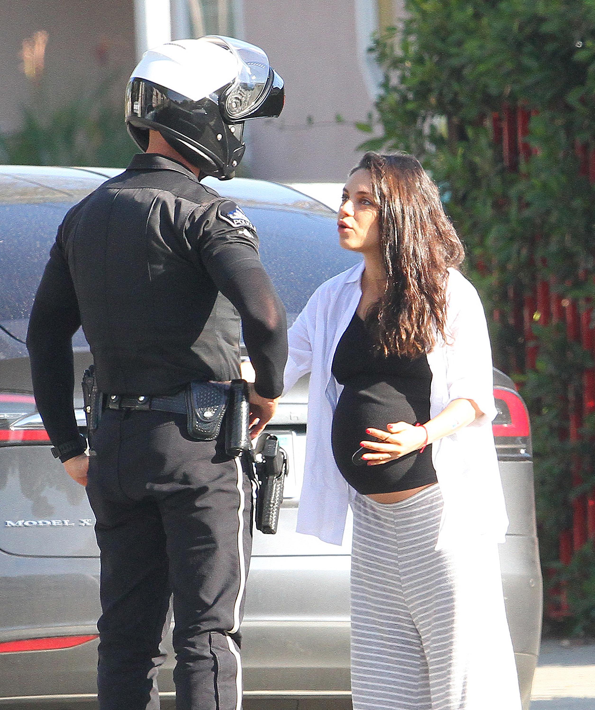 Amar A Muerte Capitulo 29: Mila Kunis Discute Con Un Policía