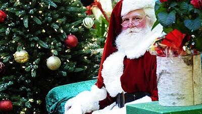 ¡Santa Claus, siempre listo para cumplir con los pedidos de Navidad!