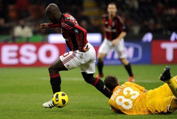 El primer gol del partido lo anotó el veterano Clarence Seedorf a los 8...