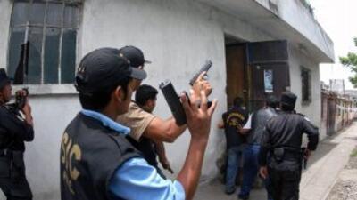 Una juez guatemalteca ordenó la captura de ex jefes policiales.
