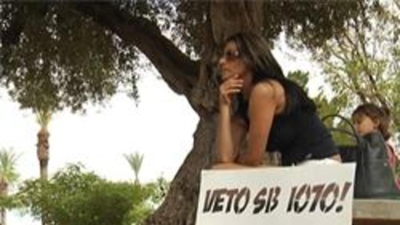 Protestante esperando el veto de la SB1070